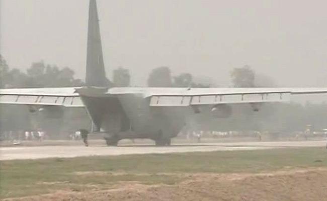 ताज एक्सप्रेसवे पर वायुसेना के विमान उतरे, युद्ध जैसा नजारा देखने के लिए दूर-दूर से आए लोग