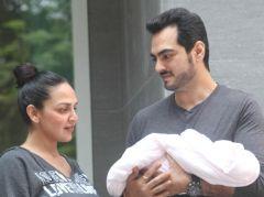 Esha Deol, Bharat Takhtani Bring Their Newborn Daughter Home